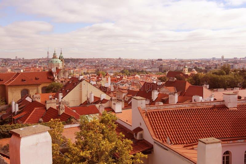 红色全景顶房顶布拉格市捷克共和国地平线  库存照片