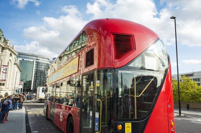 红色公共汽车在市伦敦在好晴朗的秋天天 免版税库存图片