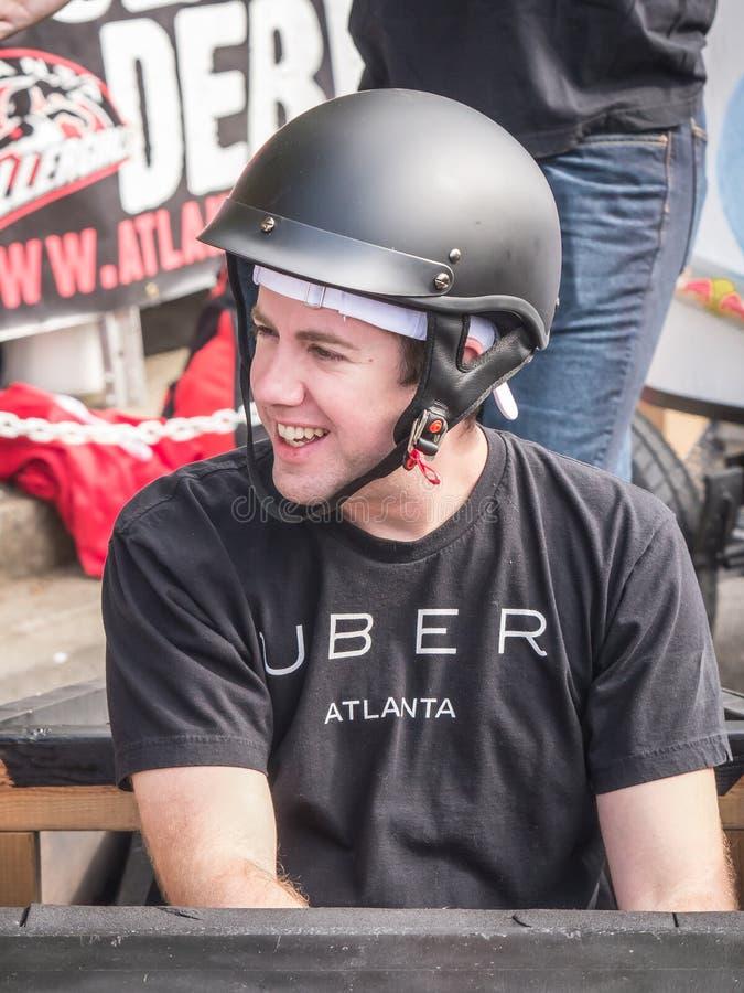 红色公牛肥皂箱种族的Uber司机 免版税库存照片