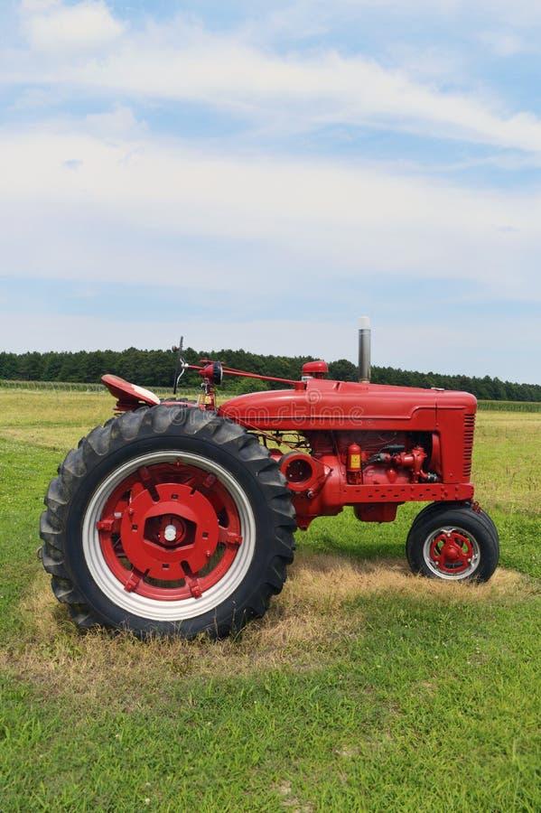 红色农用拖拉机在特拉华 免版税库存图片