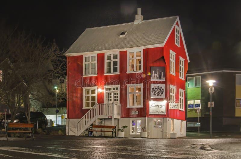 红色冰岛房子在晚上 库存图片