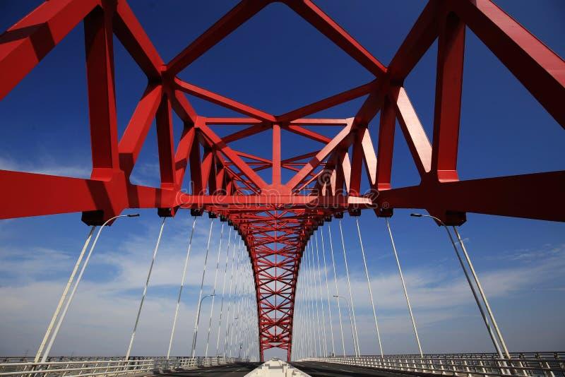 红色半球形的钢桥梁 免版税库存图片
