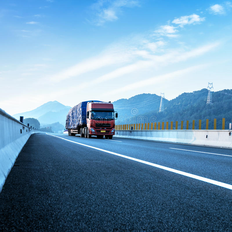 红色卡车和高速公路 免版税库存图片