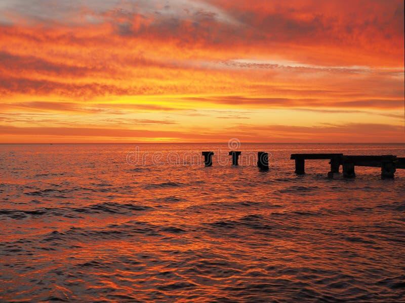 红色发光ocen和天空在口岸菲利普海湾 库存图片