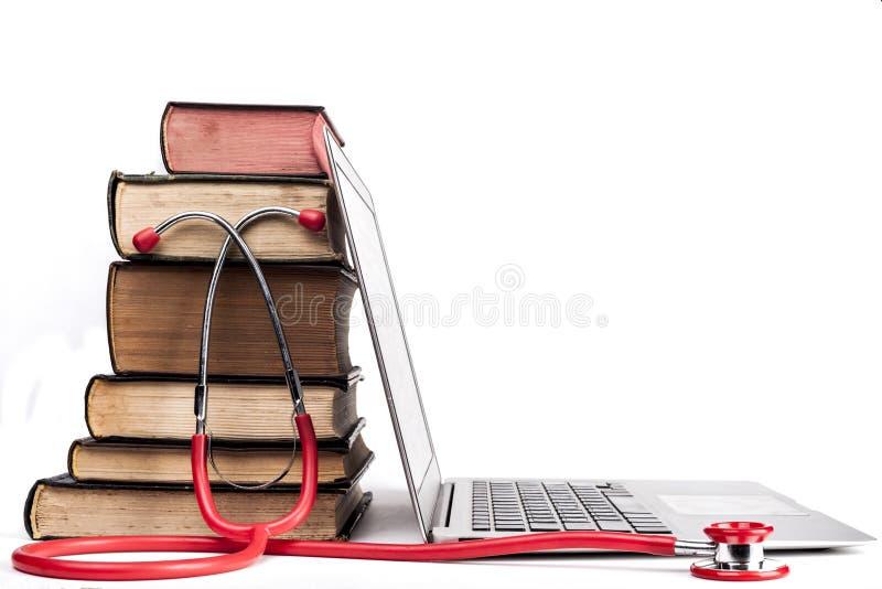 红色听诊器和书 免版税图库摄影