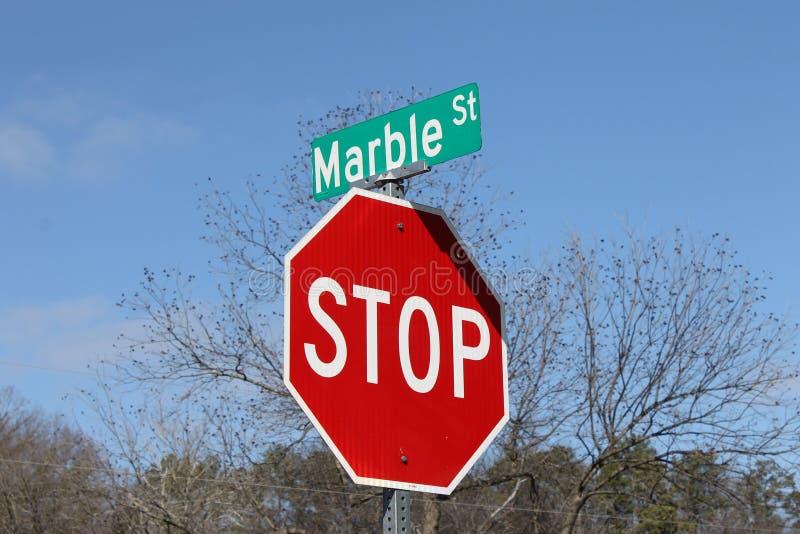 红色和停车牌和街道名字 图库摄影