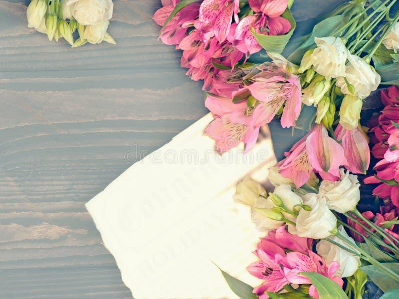 红色和桃红色德国锥脚形酒杯和白色南北美洲香草美好的背景在木背景开花 被设色的窗口 复制空间 免版税库存图片