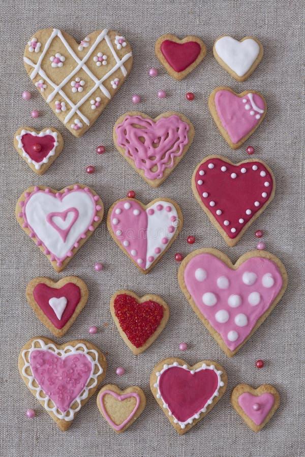 红色和桃红色心脏曲奇饼 库存图片