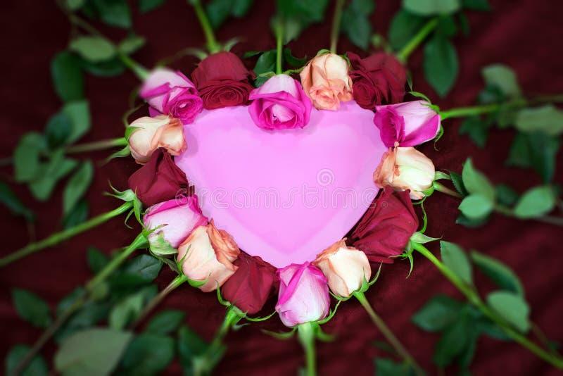 红色和桃红色玫瑰形成心脏形状 免版税库存图片