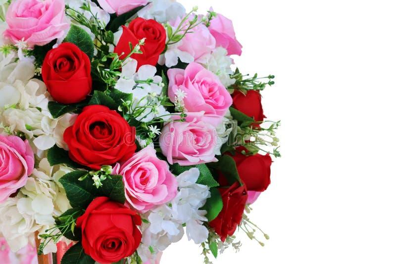 红色和桃红色玫瑰色花束花在婚姻的织品装饰 库存照片