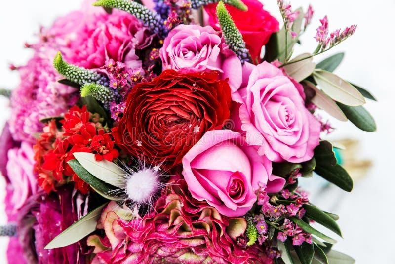 红色和桃红色玫瑰花束  免版税库存图片