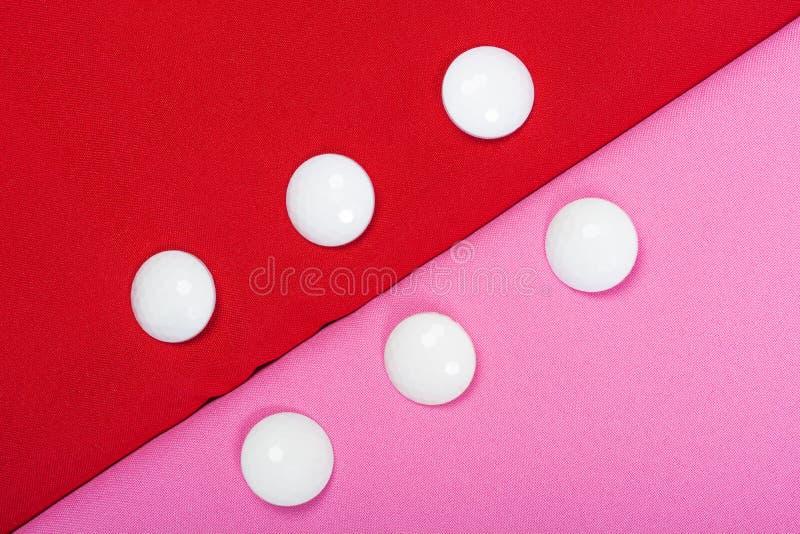 红色和桃红色织品背景与白色按钮的 免版税图库摄影