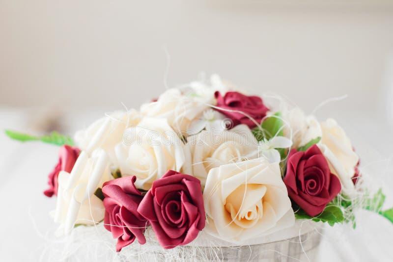 红色和白玫瑰花束特写镜头 图库摄影