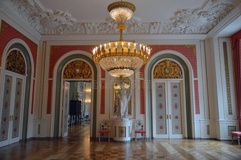 红色和白的皇家招待室- Christainsborg宫殿哥本哈根内部  免版税库存照片