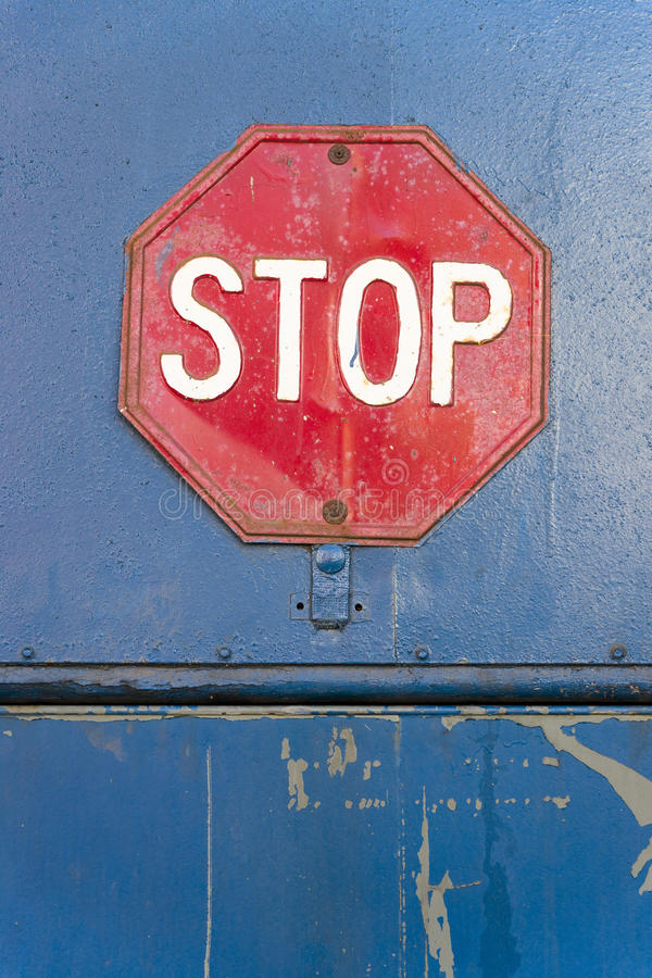 红色和白色停车牌被闩上对墙壁 免版税库存图片