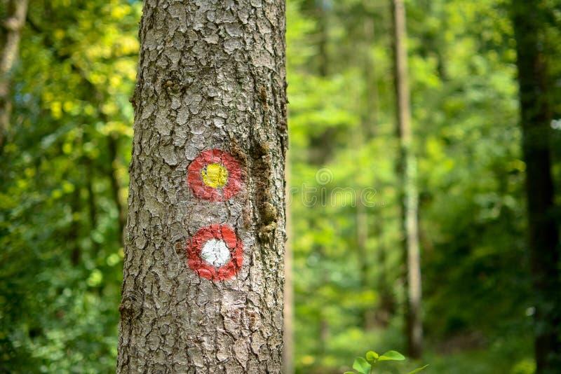 红色和白色圆的供徒步旅行的小道标志标志 库存图片