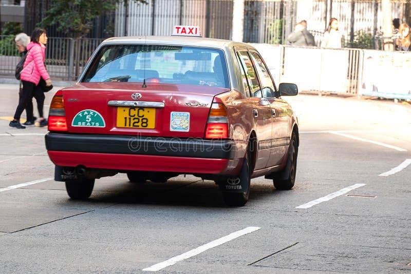 红色和白色在中央和上环区附近出租车,HK的标志,好莱坞路的;香港,中国,12月16日 免版税库存图片