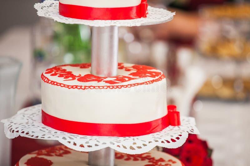 红色和白色婚宴喜饼 免版税图库摄影