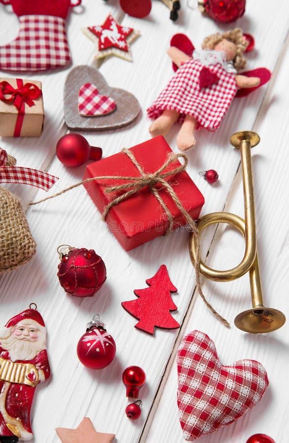 红色和白色方格的圣诞节装饰的汇集在wo的 免版税库存图片
