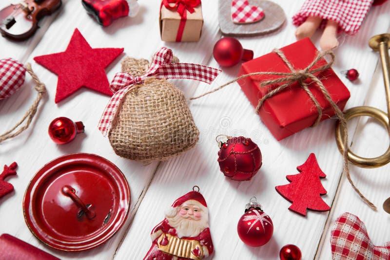 红色和白色方格的圣诞节装饰的汇集在wo的 免版税图库摄影