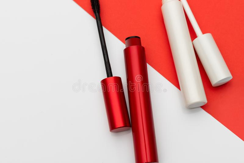 红色和白色染睫毛油管 免版税库存图片