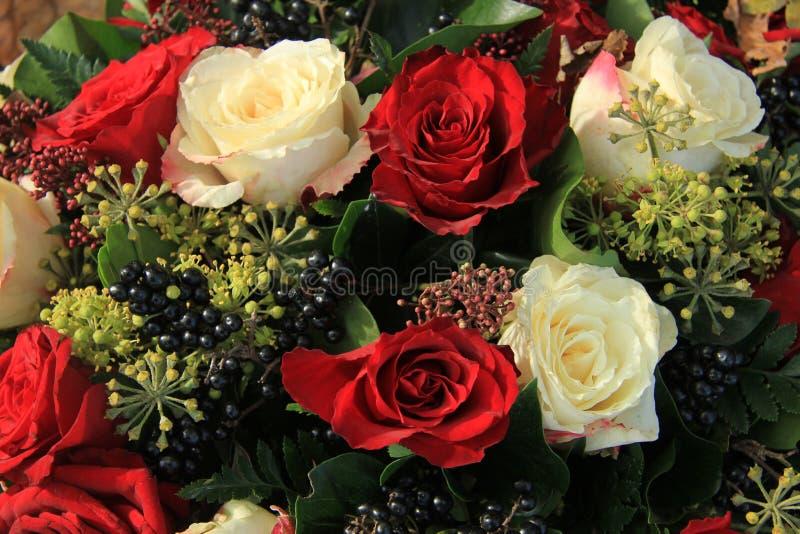 红色和白色玫瑰新娘花束 免版税图库摄影