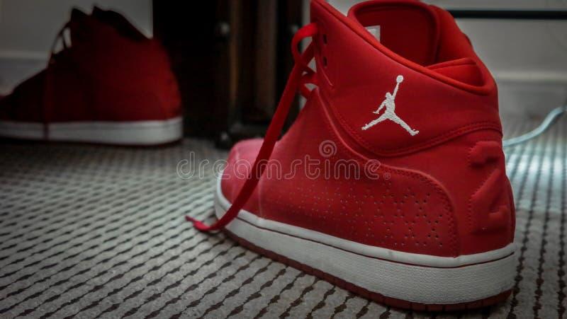 红色和白色耐克MJ 23篮球运动鞋 免版税库存照片