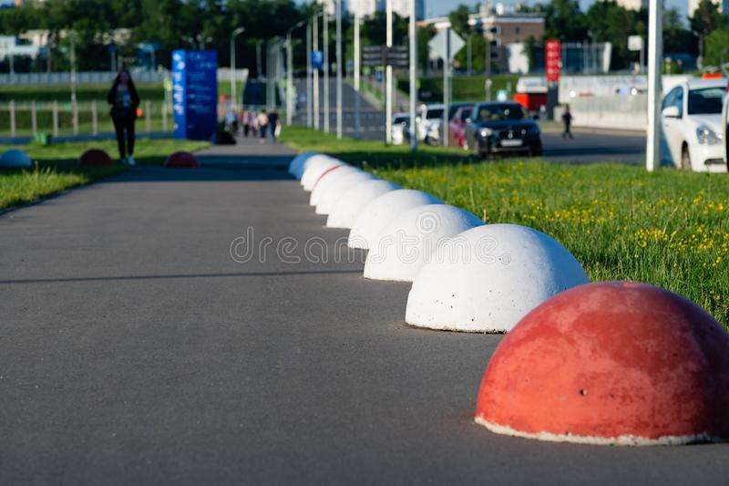 红色和白色颜色圆的球的水泥路障保护f 图库摄影