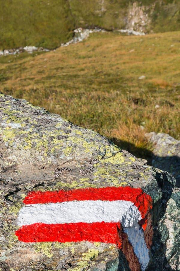 红色和白色暴涨疏远在岩石绘的标志 免版税库存图片