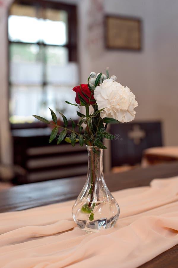 红色和白花的浪漫安排 库存照片