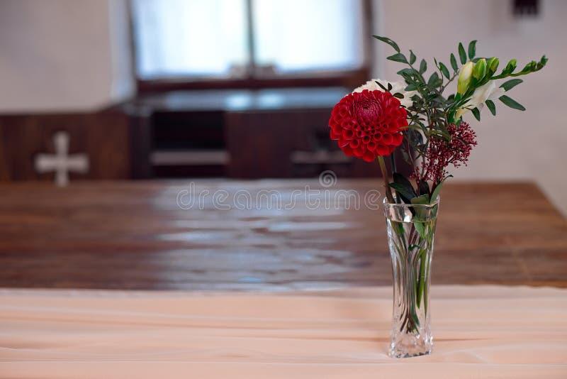 红色和白花的浪漫安排 免版税图库摄影