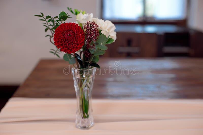 红色和白花的浪漫安排 免版税库存图片