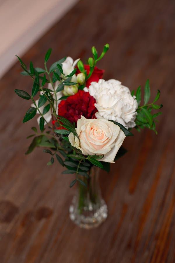 红色和白花的浪漫安排 库存图片