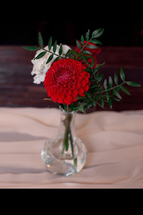 红色和白花的浪漫安排 免版税库存照片
