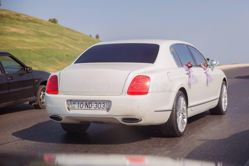 红色和白花花束 婚姻的汽车装饰的特写镜头图象 在汽车的敞篷的婚姻的装饰 ? 免版税库存图片