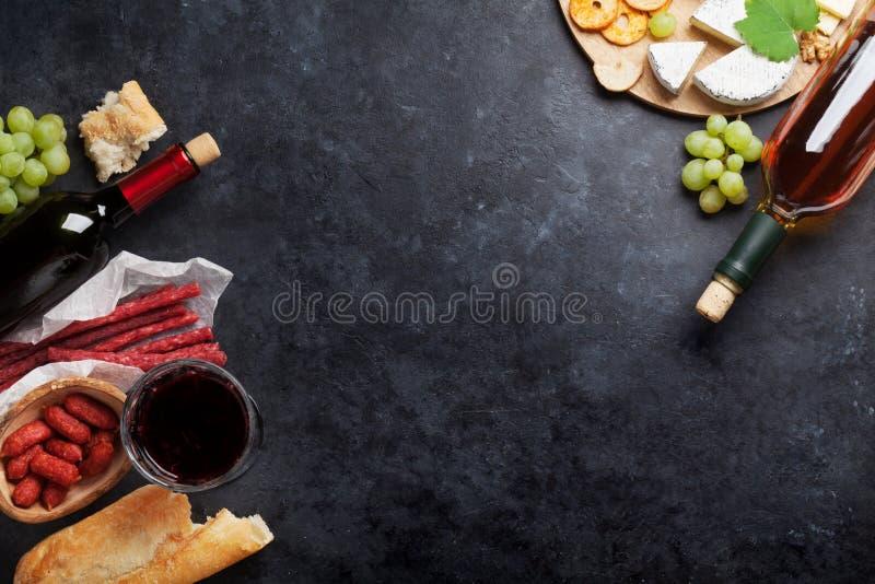 红色和白葡萄酒、葡萄、乳酪和香肠 免版税库存照片