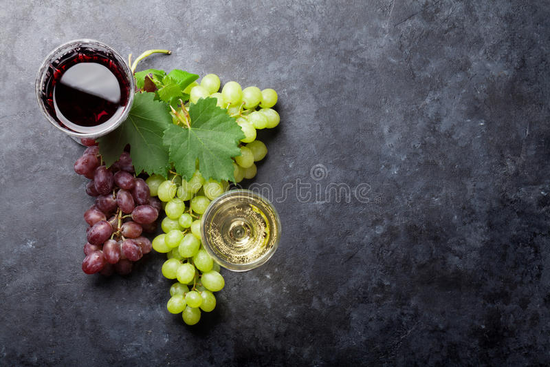 红色和白葡萄酒和葡萄 免版税库存照片