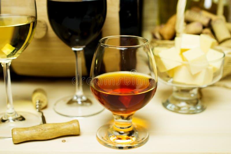 红色和白葡萄酒,白兰地酒 库存图片