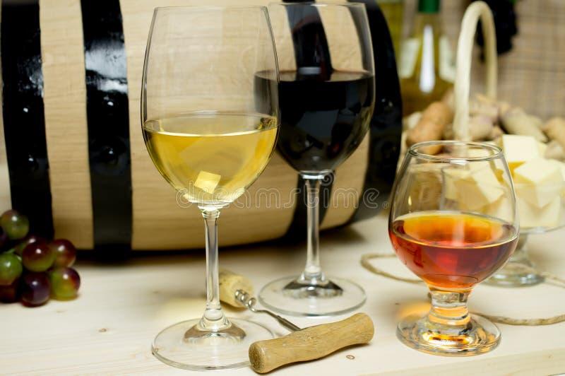 红色和白葡萄酒,白兰地酒 库存照片