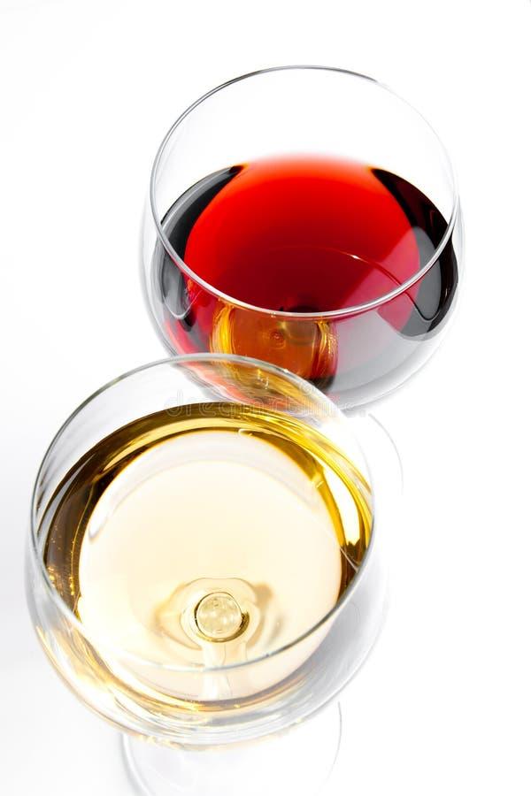 红色和白葡萄酒玻璃看法上面  免版税库存图片
