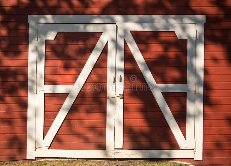 红色和空白毂仓大门 免版税库存图片
