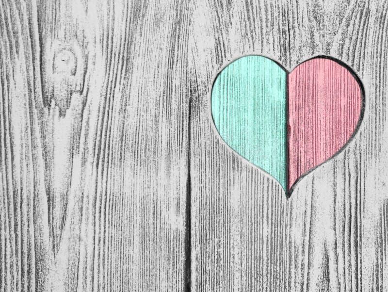 红色和绿色心脏在一个木板雕刻了 背景 明信片,华伦泰 向量例证