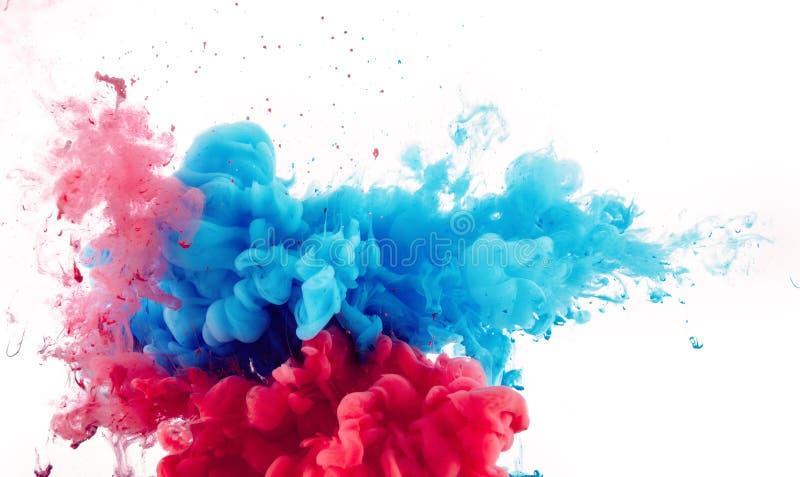 红色和蓝墨水的混合飞溅 免版税库存照片
