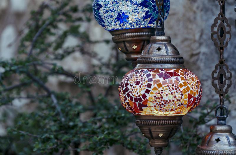 红色和蓝色土耳其灯 免版税库存照片