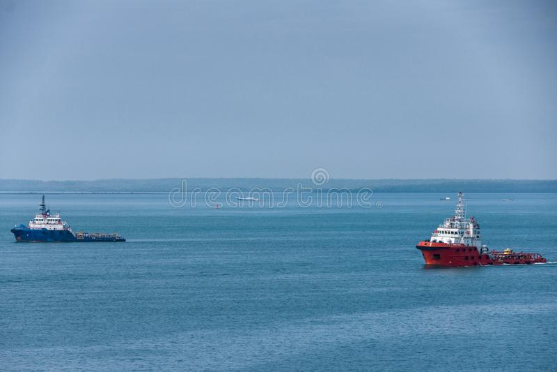 红色和蓝色猛拉小船在蓝色海,达尔文,澳大利亚 库存照片