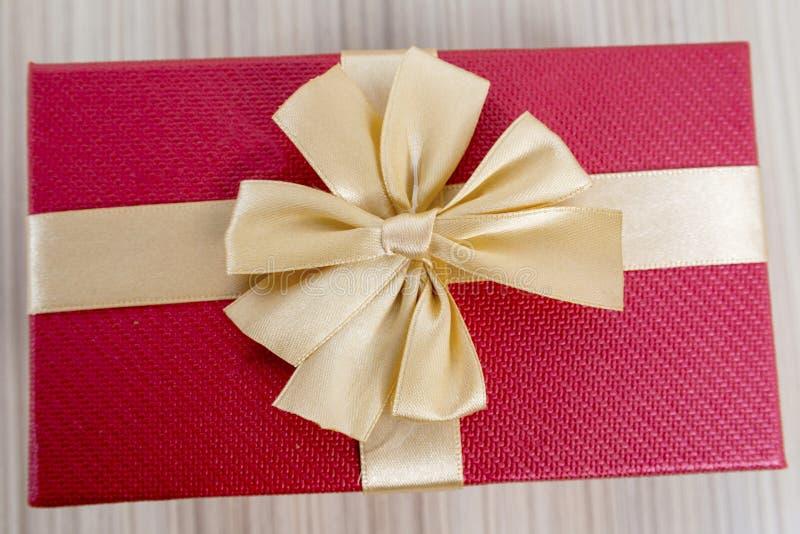 红色和金丝带礼物盒特写镜头  免版税库存图片