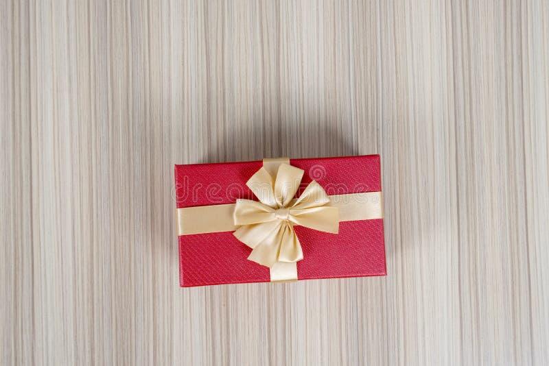 红色和金丝带礼物盒特写镜头  图库摄影