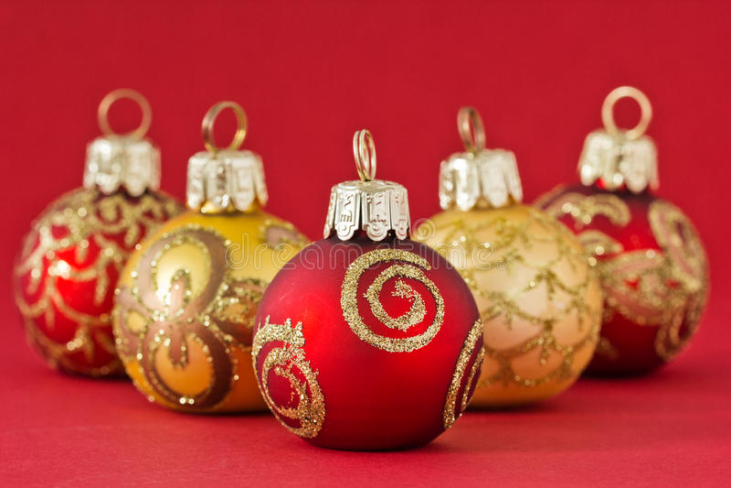 红色和金子圣诞节球 免版税库存图片