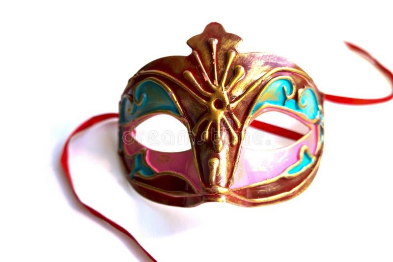 红色和金子狂欢节面具与缎丝带 免版税库存照片