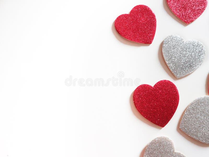 红色和银在白色背景的闪烁心脏 库存图片